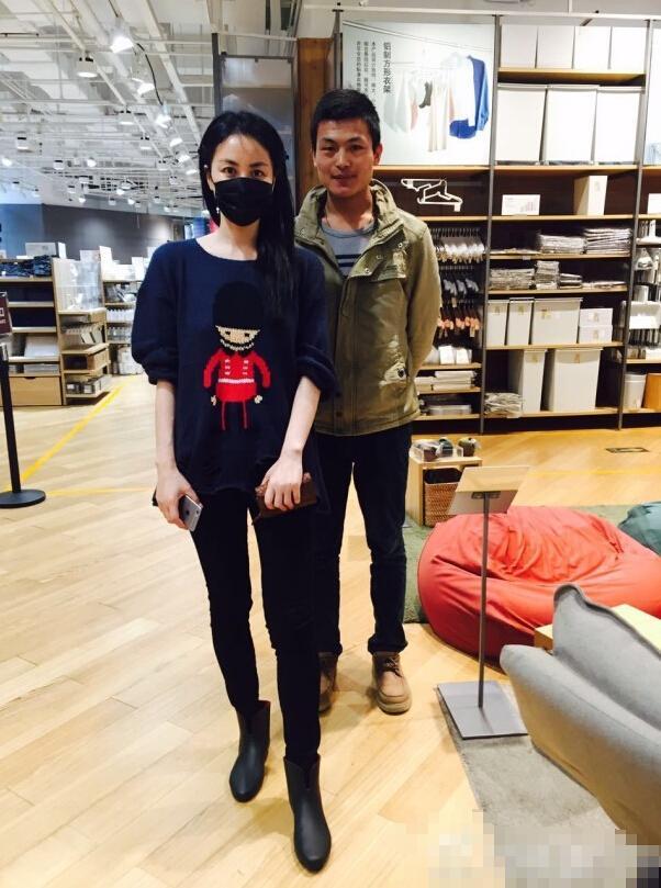 网友晒合影照力证王菲未怀孕:只是角度问题