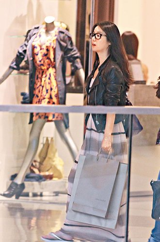 36岁林心如素颜赴港购物被偷拍 忙戴黑超遮残样