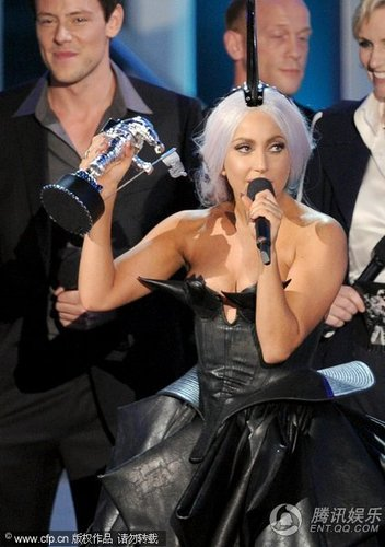 Lady Gaga头顶尖刺登台 再夺最佳流行录影带奖