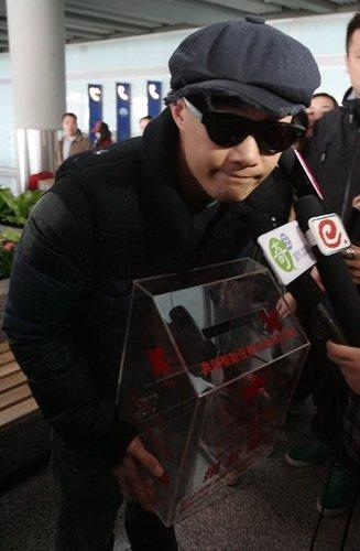 陈奕迅今日工体馆开演唱会 抱慈善箱抵京彩排