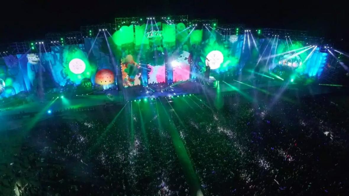 晚上的音乐节梦幻,不可思议,灯光下的幻境如丛林,天空,亦或是深海,置图片