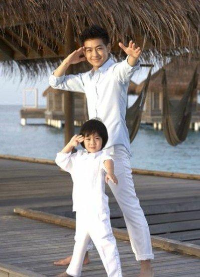 林志颖和儿子穿亲子装 海边跳舞摆pose(图)
