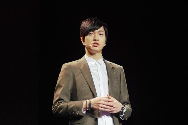 强辩乐团主唱黄少谷 第一次演讲献给上海