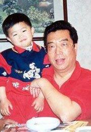 李双江怀抱儿子