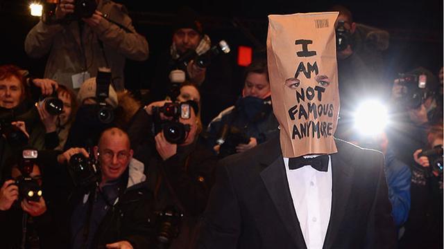 希亚·拉博夫戴纸袋走红毯 发布会中途黑脸离场