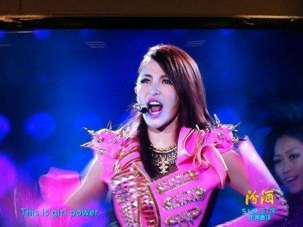 萧亚轩化身粉红女郎 江苏卫视跨年唱新歌