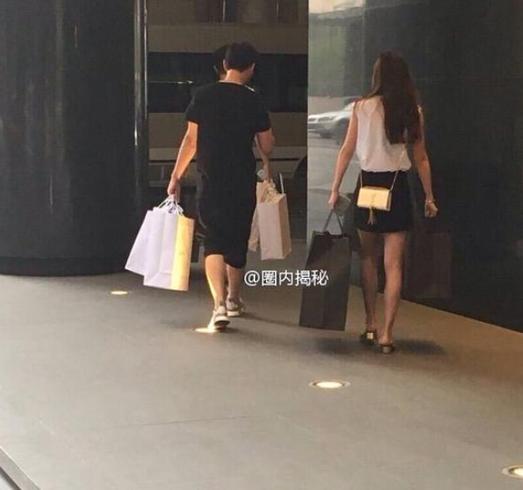 王思聪陪高挑美女逛街 双手提满购物袋很绅士