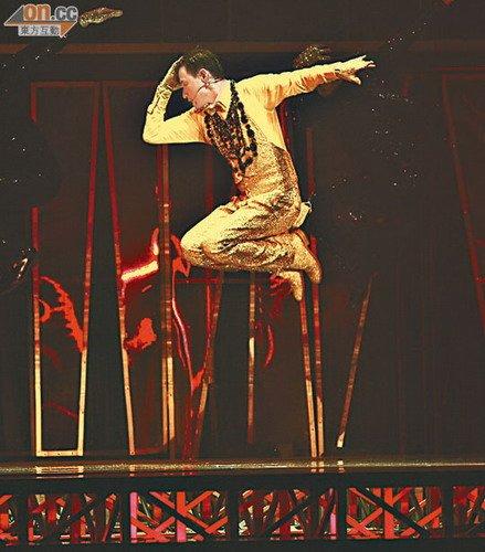张学友个唱劲歌热舞跳到飞 表演一字马技惊四座