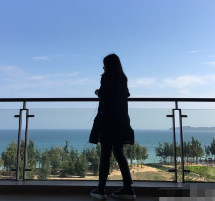 赵薇晒凭栏远眺背影照 秀的是窗外的碧海蓝天