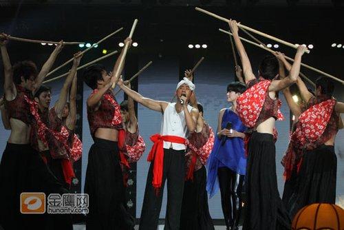 阿宝谭维维演唱《走西口》 混搭表演耳目一新