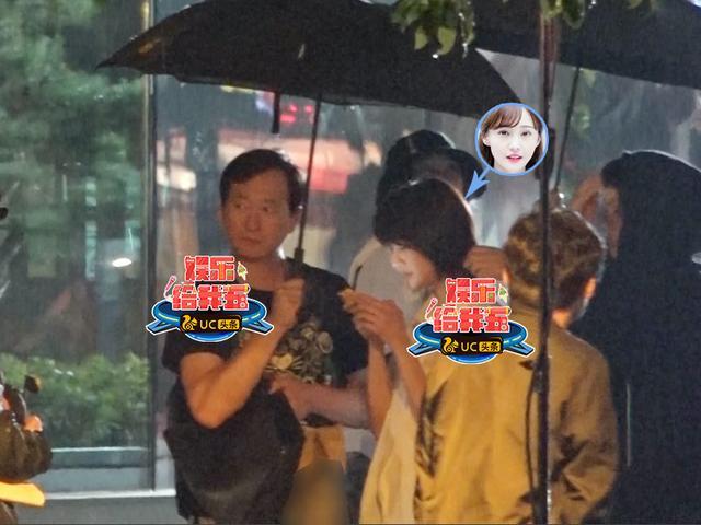 郑爽冒雨拍夜戏犯迷糊 爽爸撑伞拎包忙当助理