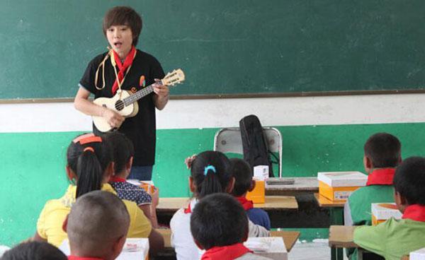 许飞石小群代班乡村女教师 开学季入川送新鞋