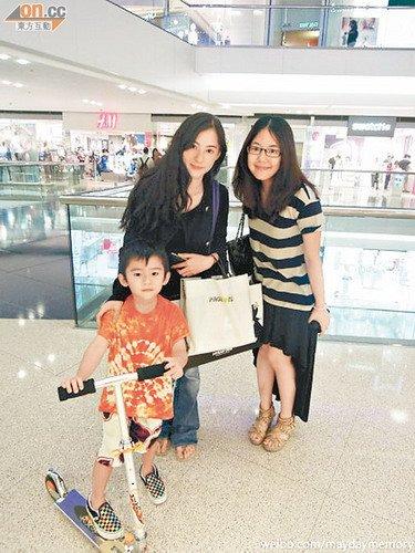 张柏芝带儿子购物贺母亲节 被赞平易近人坐港铁
