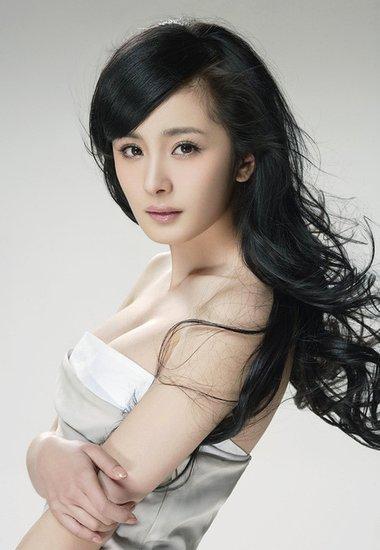 杨幂追看《中国最强音》 喜欢尹熙水赞其很可爱