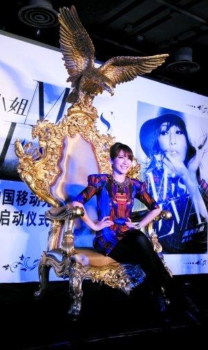萧亚轩举办新专辑发布会 唱片公司送金黄色宝座