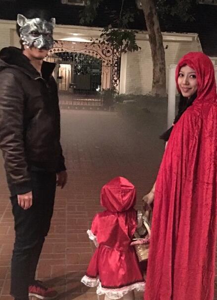 王力宏扮大灰狼、妻女扮小红帽 牵手出门去要糖【图】