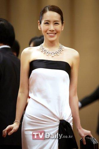 女星金正恩身着过亿名品晚礼服一副上流社会贵妇装扮出现在众人面前.