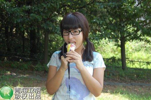 青海卫视花儿18强拍摄宣传片 代悦为李杨璐驱蚊