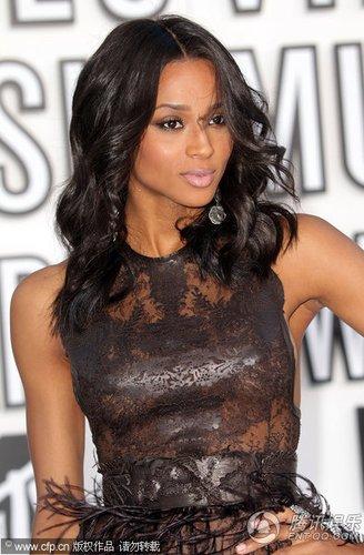 黑人天后Ciara羽毛裙亮相红毯 身材性感爆棚