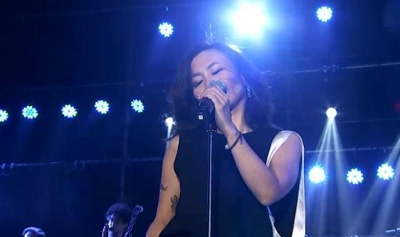 顺子上海演唱会性感黑裙秀美腿 金曲《回家》唱哭粉丝