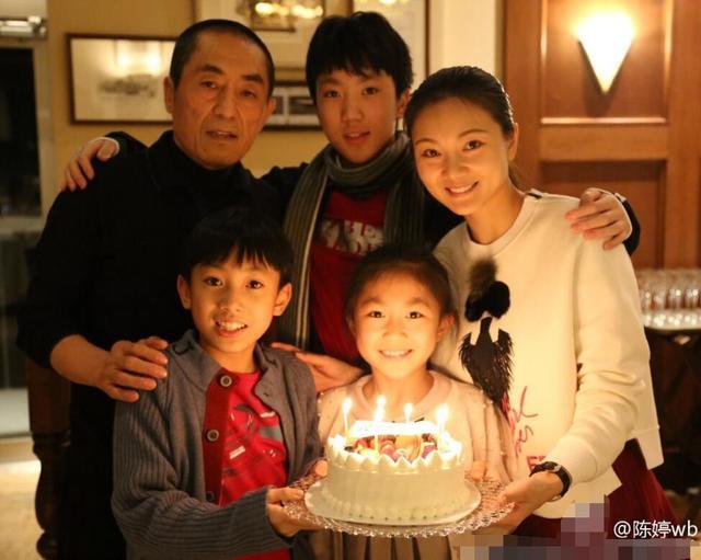 张艺谋妻子晒全家温馨合影 庆祝女儿9岁生日