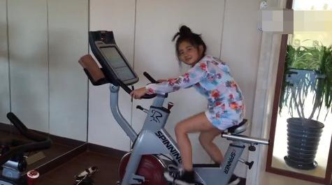 孙莉带多多健身 妈妈倒立好身手女儿卖力骑单车