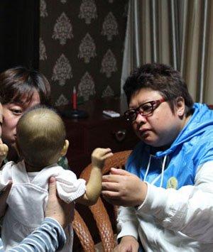 韩红救助小患者