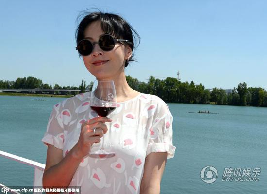 刘嘉玲变身商界女强人 自创葡萄酒品牌