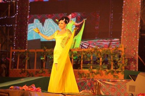 密洛陀文化节举行 民歌新秀丁晓红倾情放歌(图)
