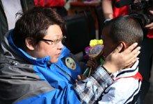 韩红与孩子交谈