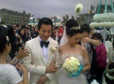 大S婚礼现场直击:新娘大S披婚纱甜笑 紧挽老公