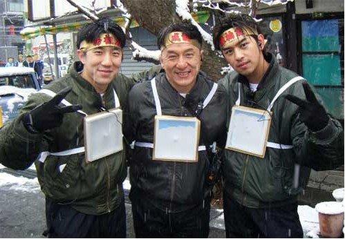 房祖名成龙日本首度同台 低调逛街遭辣妹围堵