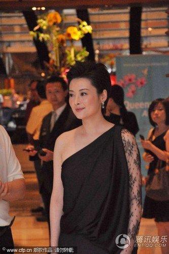 第13届上海电影节闭幕红毯 袁立盛装静候(图)