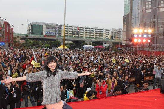 孙燕姿《是时候》广州首签会 与歌迷同台合唱