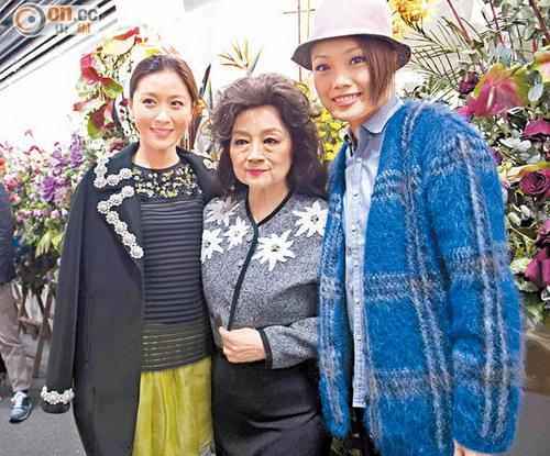 香港殿堂级歌手徐小凤开场 获特首夫妇捧场