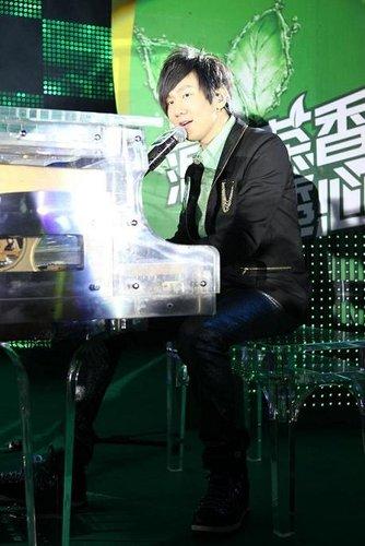 林俊杰海外受捧为个唱暖身 用新歌鼓励高考学生