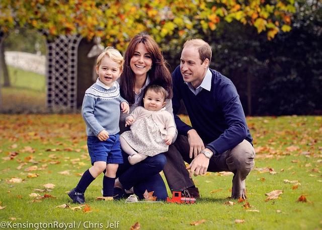 英国王室圣诞祝福:夏洛特小公主全家福曝光