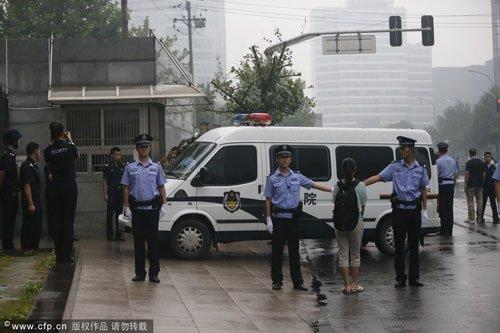 李天一囚车抵达海淀法院 法警现身维持秩序