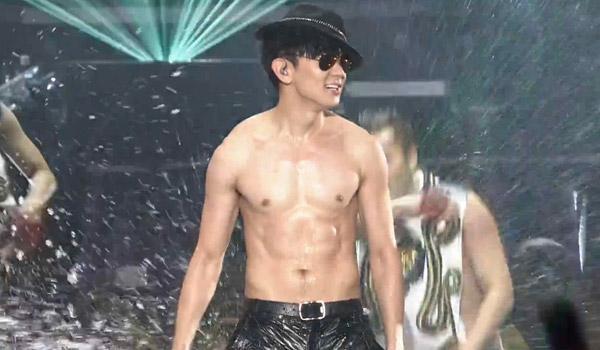 林俊杰高雄演唱会半裸湿身秀肌肉 与美女嘉宾贴身热舞