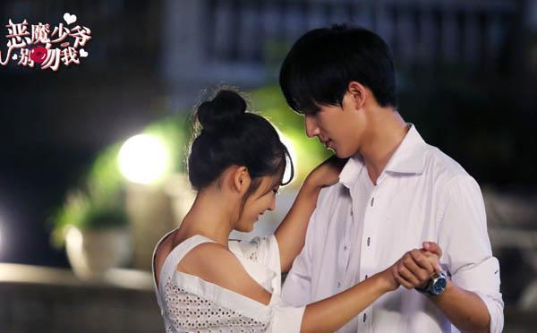 《恶魔少爷2》开播李宏毅壁咚女粉丝上演撩发杀