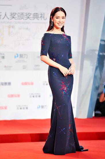 向海岚现身上海电影节 红毯女神范儿十足