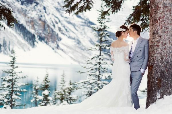 邓健泓夫妇雪山拍婚纱照!新郎嘴唇发紫狂抽筋