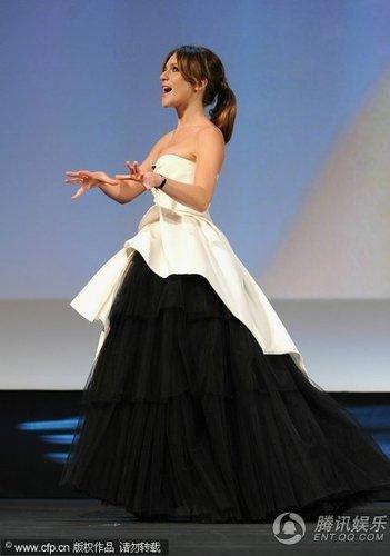威尼斯电影节现场:主持人伊莎贝拉亢奋挥臂