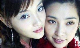 看来李小璐不仅爱自拍,还拉姐妹一起拍。