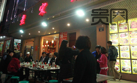 """吃""""老宋烧烤""""已成为横店旅游的标配项目"""