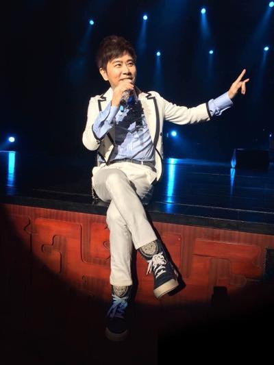 伍思凯郑州演唱会嗨翻现场 经典重现直呼太带劲