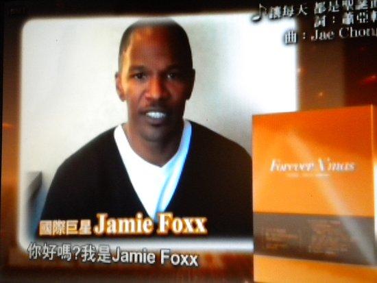 萧亚轩拍圣诞单曲公益广告 Jamie Foxx跨刀助阵