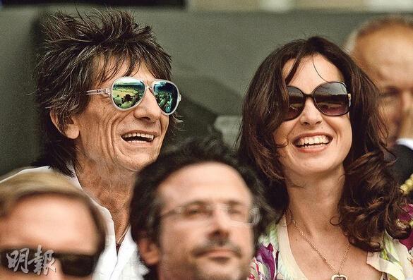 68岁滚石乐队吉他手再当爹 小31岁娇妻怀双胞胎