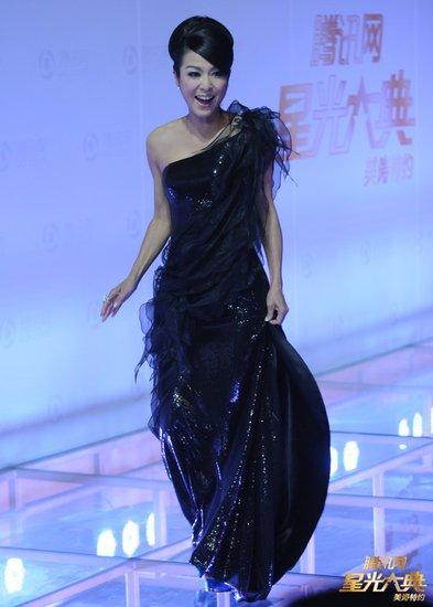老牌香港美女米雪惊艳全场 微博称天冷心暖