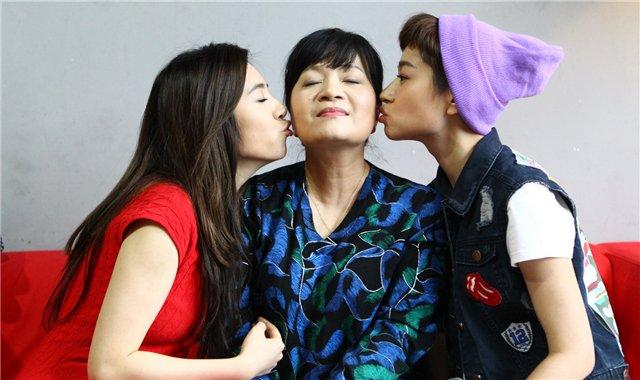 王丽萍与爱女鲁伊莎(右)以及《大好时光》的女主角王晓晨